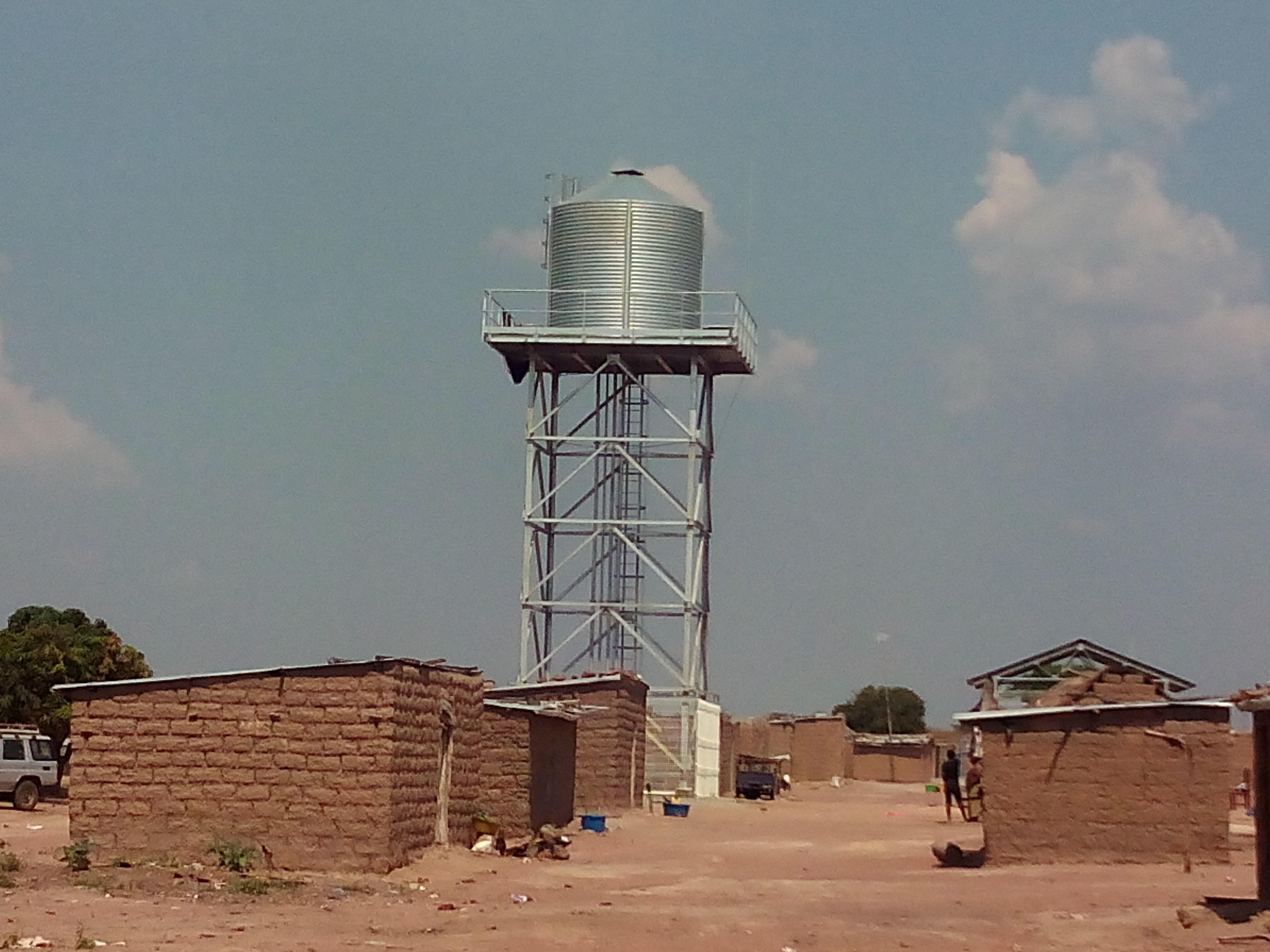 Deposito elevado en poblado de Africa